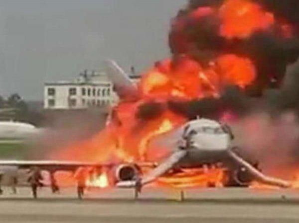 """""""Тихо ты, успокойся!"""": в Сети появились страшные кадры из салона горящего самолета в Шереметьево"""