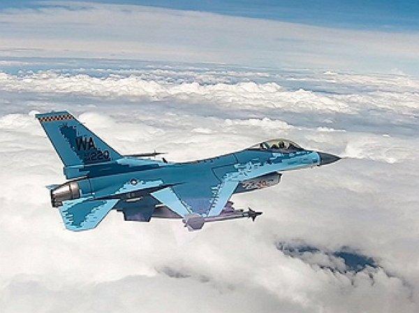 """Американцы перекрасили истребитель F-16Cв """"цифровой"""" камуфляж Су-57 (ВИДЕО)"""