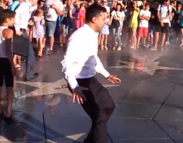 Убегая от жителей Мариуполя, Зеленский искупался в фонтане (ВИДЕО)