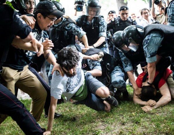 На Марше в поддержку Голунова в Москве задержали свыше 400 человек: полиция применяла дубинки