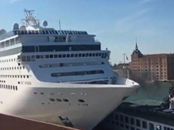 В Венеции круизный лайнер протаранил прогулочное судно и причал (ВИДЕО)