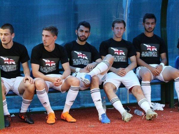 Два футболиста РФ вышли на матч за грузинский клуб в майках с антироссийскими лозунгами