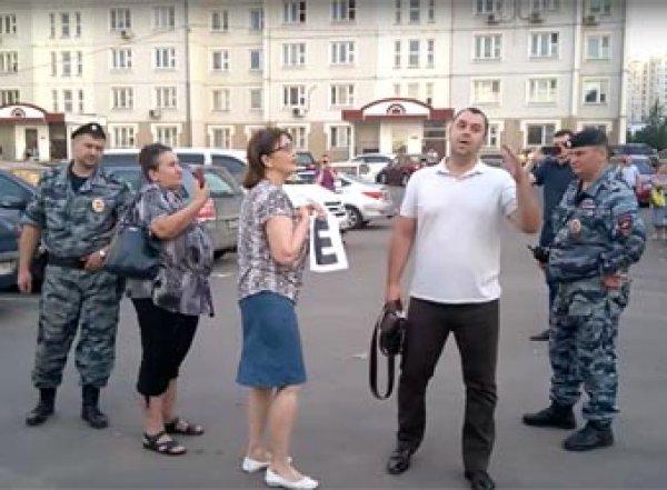 """""""Больше трех не собираться: в Москве полиция разогнала жителей, записывающих видео на прямую линию с Путиным"""