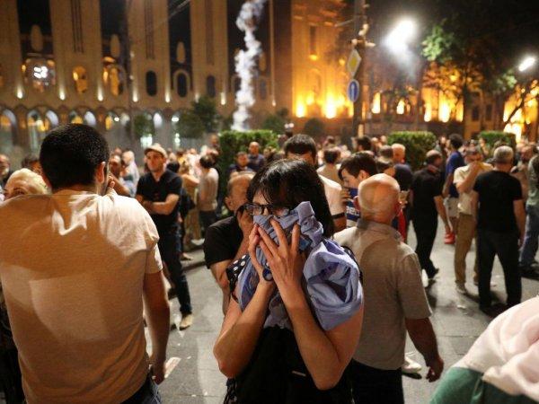 В Тбилиси полиция жестко разогнала многотысячный митинг: более 50 пострадавших