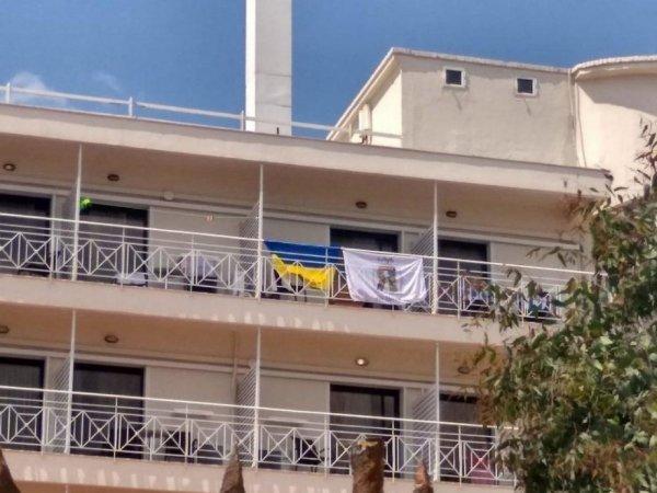 """""""Акт агрессии"""": в Греции из отеля выгнали украинцев за вывешенные флаги"""