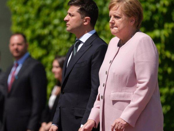 """""""Не по-мужски"""": Зеленского осудили за равнодушие к бьющейся в конвульсиях Меркель (ВИДЕО)"""