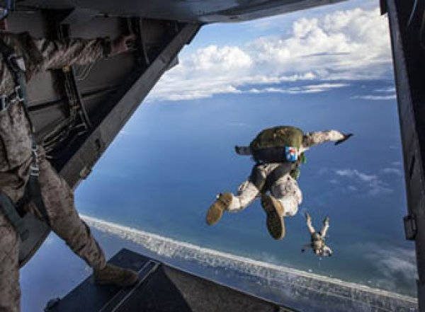 Двое десантников погибли в Крыму после прыжка с парашютом