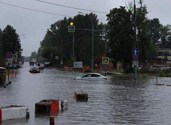 Потоп в Шереметьево 28 июня: пилоты идут к самолетам босиком, людей перевозят в грузовиках (ФОТО, ВИДЕО)
