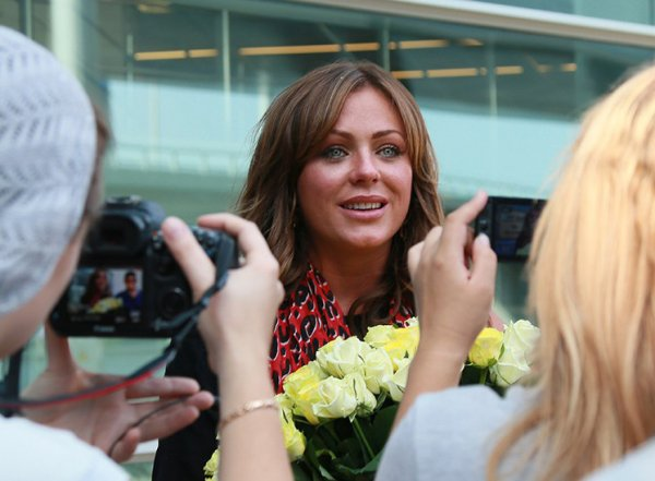 Пиарщица Началовой показала фото, как дочь певицы целует ее могилу