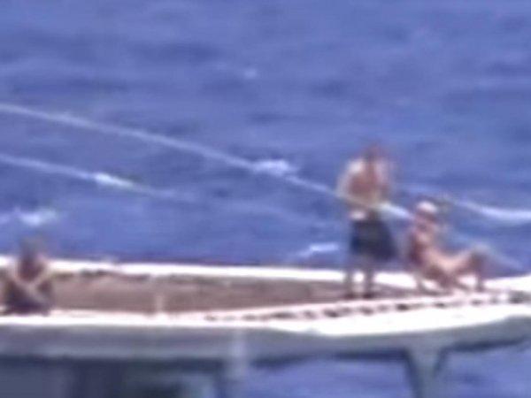 Запад восхитили загорающие на палубе российские моряки во время сближения с крейсером ВМС США (ВИДЕО)