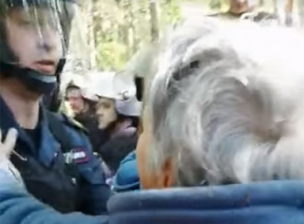 СМИ: в Подмосковье силовики избивают протестующих против мусорного завода (ВИДЕО)