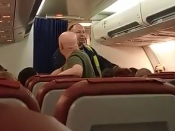 """""""Мы не полетим на нем!"""": пассажиры устроили бунт перед вылетом в Таиланд"""