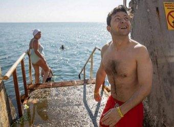 Приехавший на границу с Крымом Зеленский полез в воду в красных труселях (ВИДЕО)