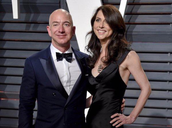 Основатель Amazon официально развелся с женой, отдав ей  млрд