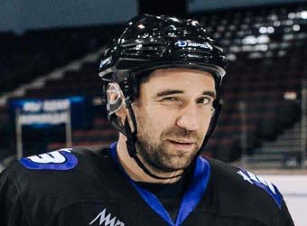Российский хоккеист броском шайбы открыл бутылку воды (ВИДЕО)