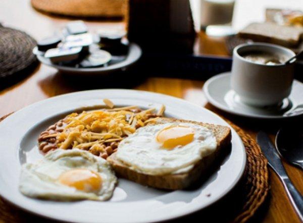 Диетологи: отказ от завтрака приводит к ожирению