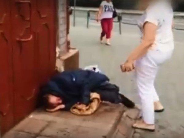 В Перми чиновница отпинала ногами спящего бомжа
