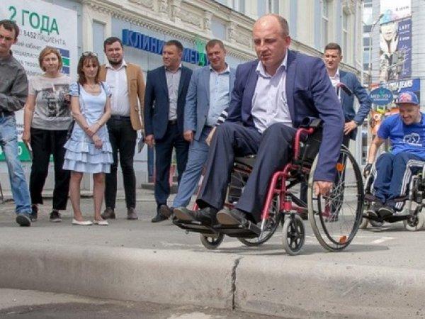 Мэр Нижнего Тагила заставил дорожников проехать по городу на инвалидных колясках