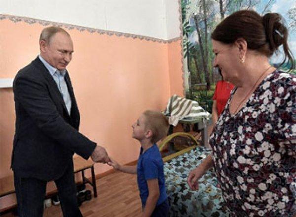 """""""Какую машинку хочешь? Mersedes?"""": Путин в затопленном Тулуне осчастливил двух малышей (ВИДЕО)"""