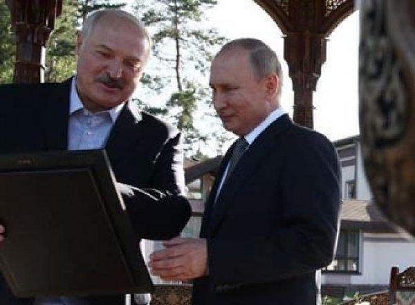 Лукашенко не перекрестился, придя сПутиным вмонастырь (ВИДЕО)