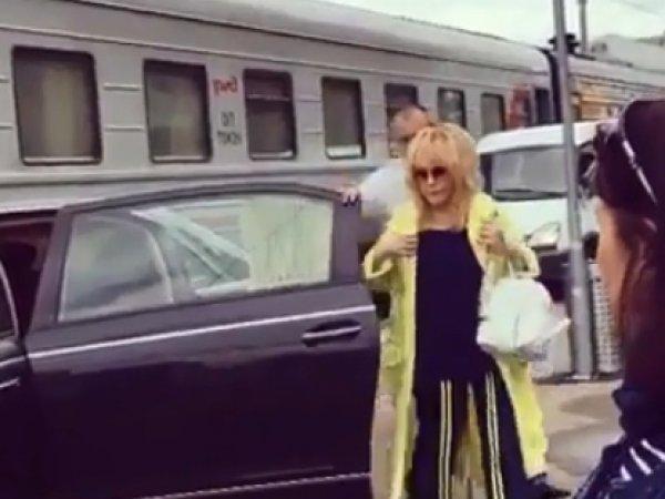 """""""Барыне закон не писан"""": появление Пугачевой на """"Майбахе"""" на перроне вокзала вызвало скандал (ВИДЕО)"""