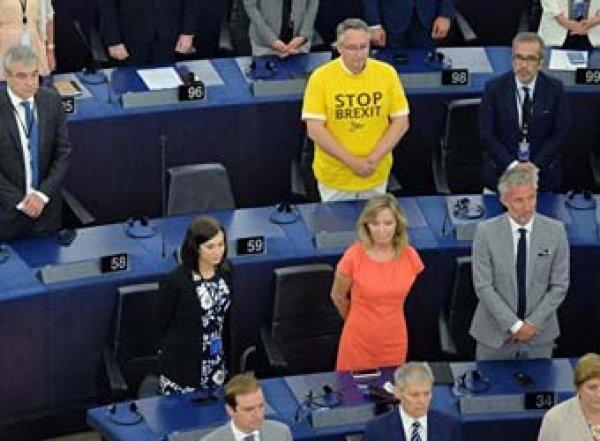 Сторонники Brexit стали спиной к залу во время гимна Евросоюза (ВИДЕО)