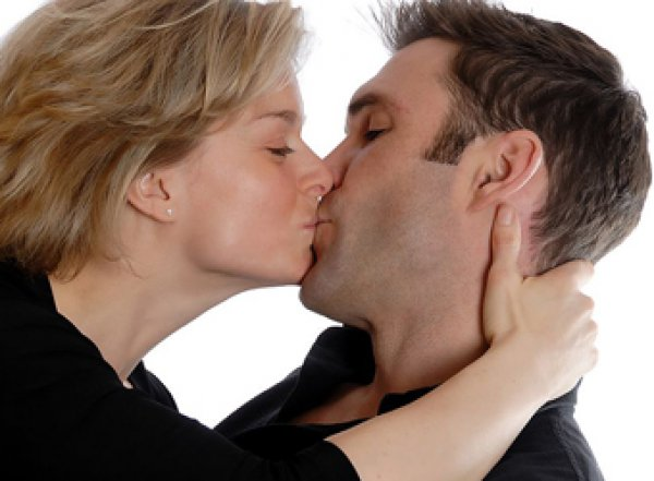 Сексолог рассказал о пользе поцелуев для похудения