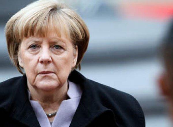 Меркель осталась сидеть во время исполнения гимна Германии (ВИДЕО)