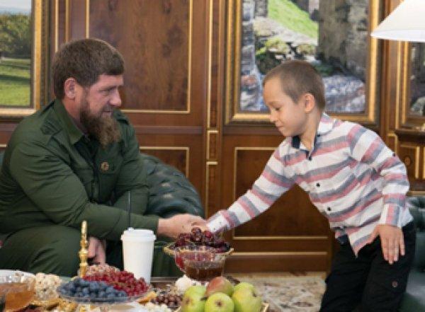 У Кадырова появился 6-летний охранник
