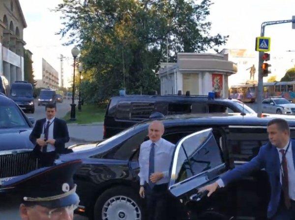 В Екатеринбурге под кортеж Путина бросилась девушка, заставив президента выйти к народу (ВИДЕО)