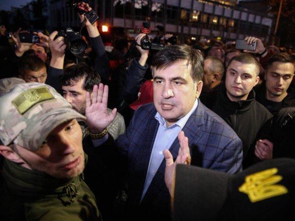 Саакашвили устроил драку у здания суда, сломав руку пенсионерке