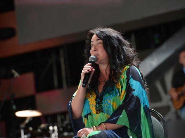 Приехавшая с концертами на Донбасс Лолита едва не погибла при обстреле