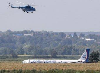 Молодцы пилоты, мягко на брюхо посадили: пассажир полностью заснял посадку А321 на видео