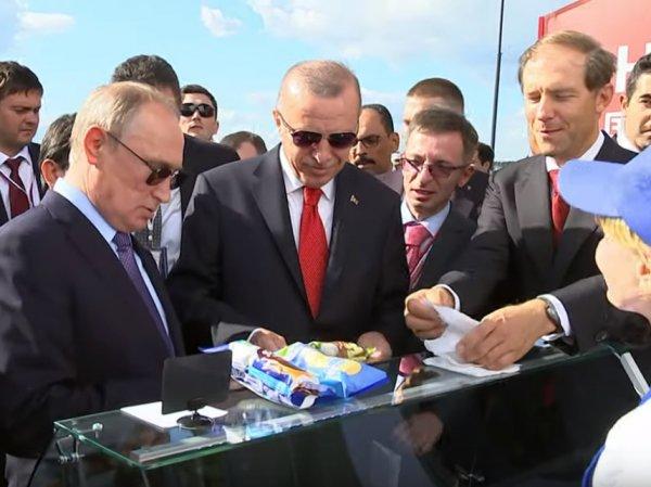 """""""Сдачу отдайте министру"""": Путин на МАКСе купил мороженое у той же продавщицы, что и два года назад"""