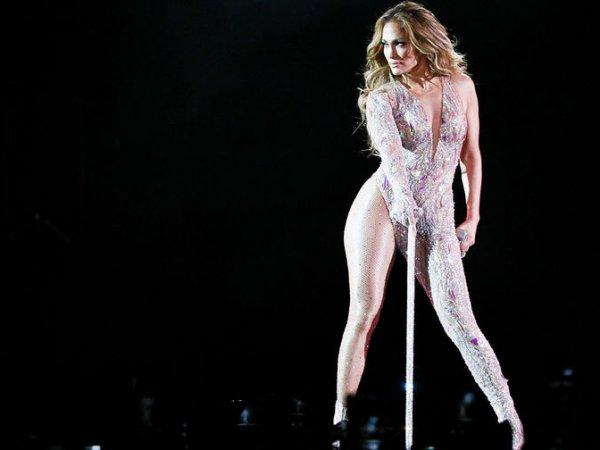 На Дженнифер Лопес лопнул откровенный костюм во время концерта в Москве: опубликовано видео