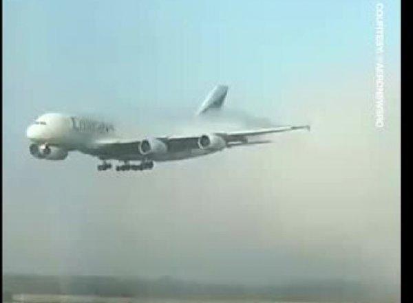 Самый большой авиалайнер в мире приземлился в аэропорту из ниоткуда, попав на видео