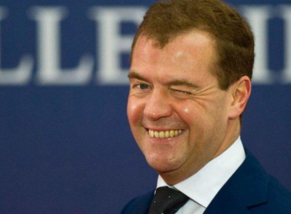 Медведев потребовал от Минтруда изучить последствия четырехдневной рабочей недели