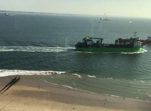 Громадная волна от корабля едва не утопила детей, отдыхающих на пляже в Голландии (ВИДЕО)