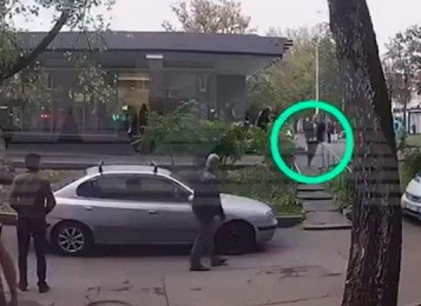 Появилось видео, как раненый полицейский убегает  от коллеги-стрелка в Москве