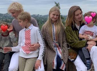 Вы не их сестра?: Водянова изумила Сеть фото с детьми