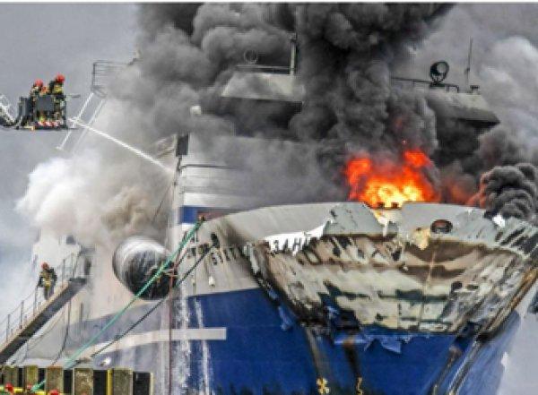 В Норвегии затонул сгоревший российский траулер