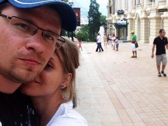 В рваных носках с надувным Батрутдиновым: Гарик Харламов и Кристина Асмус взбудоражили Сеть откровенной игрой