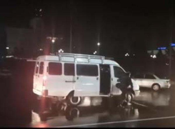 """В Улан-Удэ росгвардейцы """"выкурили"""" протестующих из автобуса дымовой шашкой: 15 задержанных"""