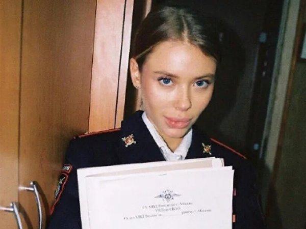 Россиянка устроила откровенную фотосессию в отделении МВД в Москве, возмутив Сеть