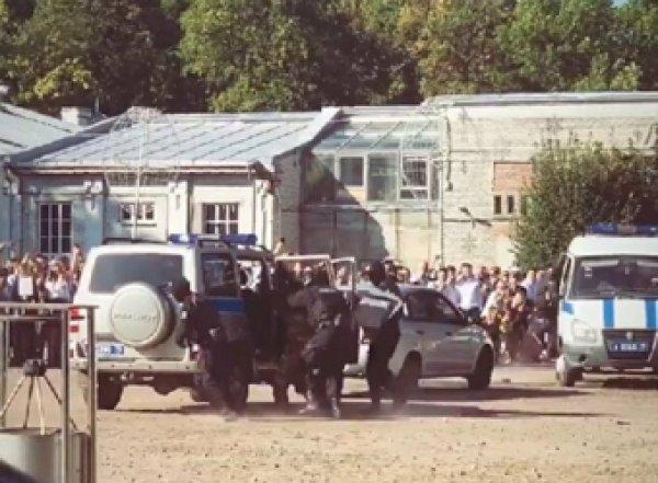 """Питерский ОМОН устроил показательное задержание для школьников на """"линейке"""""""
