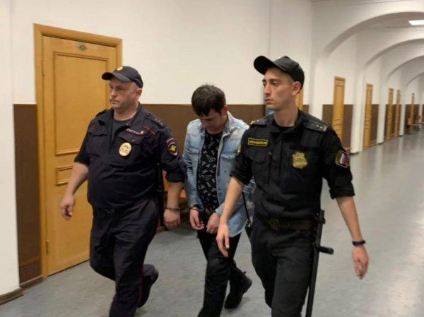 """Дернувший за руку полицейского фигурант дела о """"массовых беспорядках"""" 27 июля сел на 2 года"""