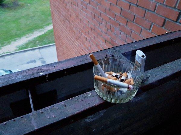 """В России вступил в силу скандальный """"закон о курении на балконах"""""""