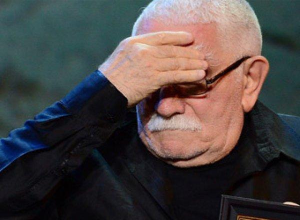 Похороны Марка Захарова: тяжело больной Джигарханян еле выстоял у гроба режиссера (ВИДЕО)