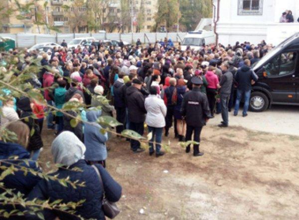 На похороны Лизы Киселевой в Саратове пришли сотни людей (ВИДЕО)