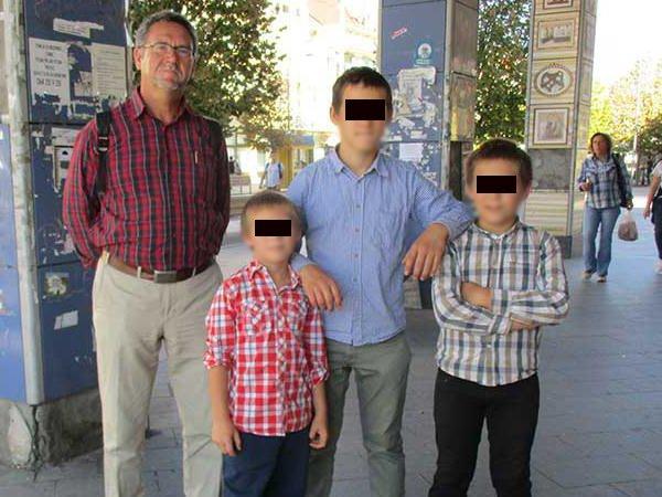 Многодетного отца хотят лишить родительских прав из-за высокого интеллекта его детей и отсутствия в доме ТВ